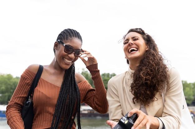 Vrouwen die samen reizen in parijs