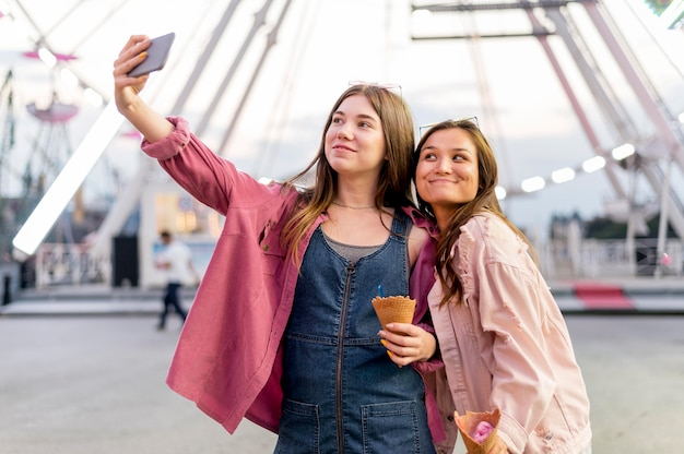 Vrouwen die samen selfie nemen
