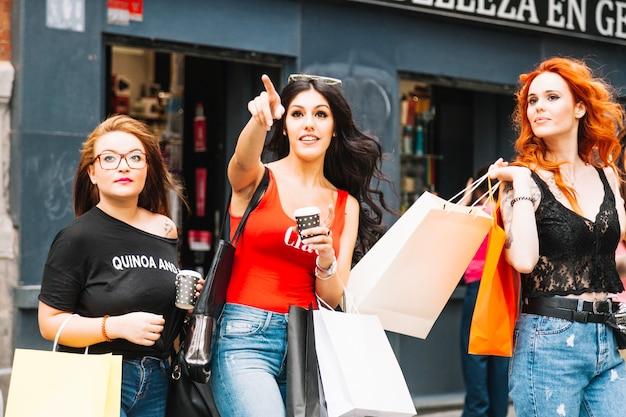 Vrouwen die samen winkelen