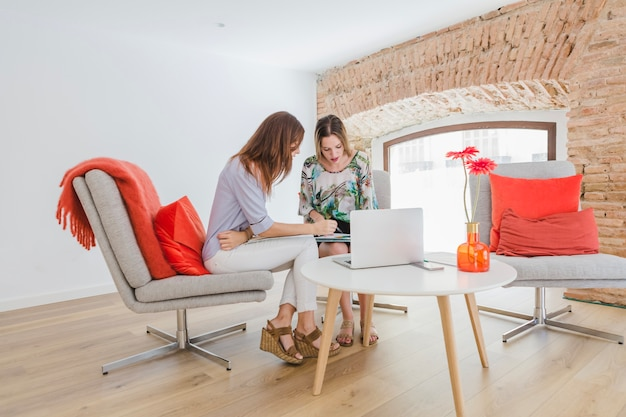 Vrouwen die samenwerken op kantoor