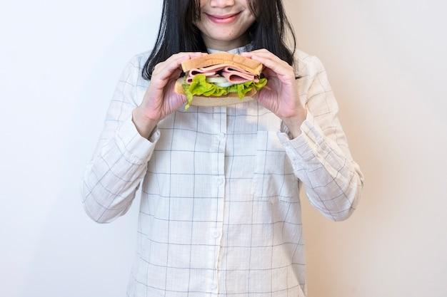 Vrouwen die sandwich eten
