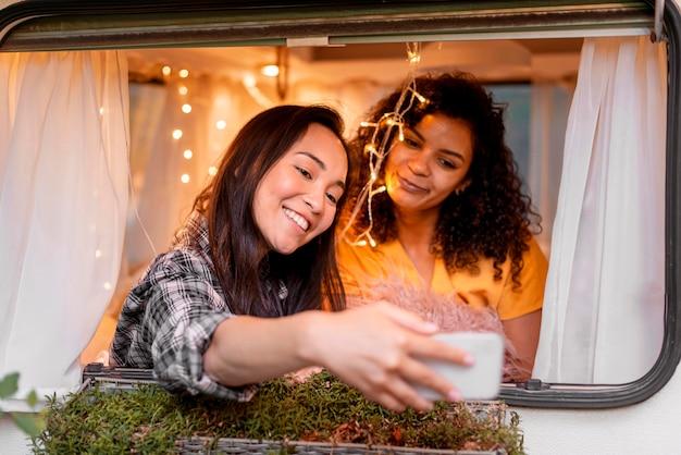 Vrouwen die selfies maken in een busje