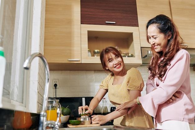 Vrouwen die sinaasappelsap maken