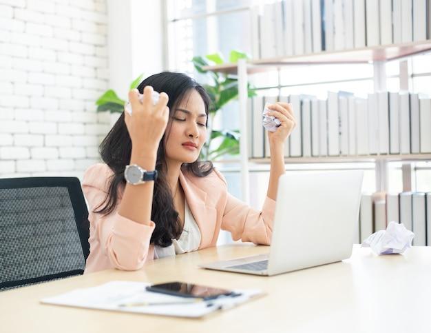 Vrouwen die stressvol zijn bij het werken op kantoor