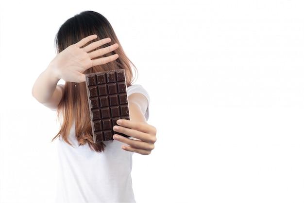 Vrouwen die tegen chocolade zijn, geïsoleerd op een witte achtergrond.