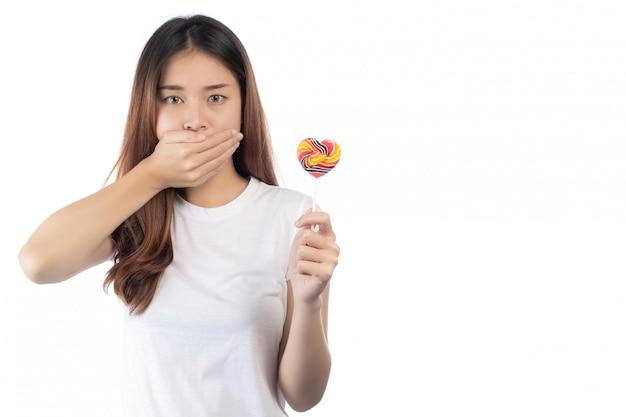 Vrouwen die tegen snoep zijn, geïsoleerd op een witte achtergrond.
