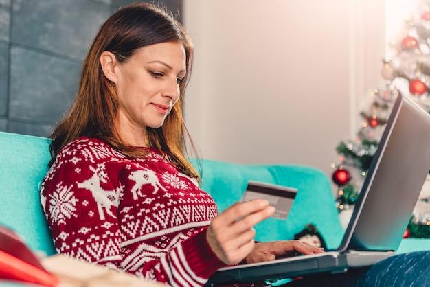 Vrouwen die thuis creditcard gebruiken