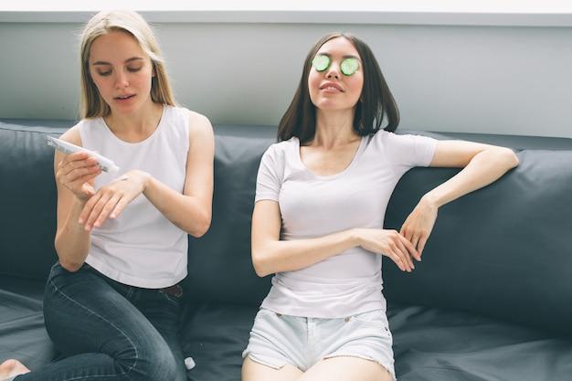 Vrouwen die thuis gezichtsbehandelingen ondergaan