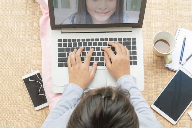 Vrouwen die thuis werken. videobellen op een laptop. levensstijl bij overdraagbare ziekten afstand bewaren en infectie voorkomen
