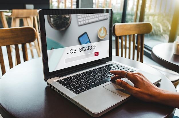 Vrouwen die werk zoeken met behulp van een computerapp. op zoek naar nieuwe vacatures op de webpagina van het laptopscherm.