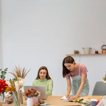 Vrouwen die werken aan hun kleine zakelijke kopie ruimte