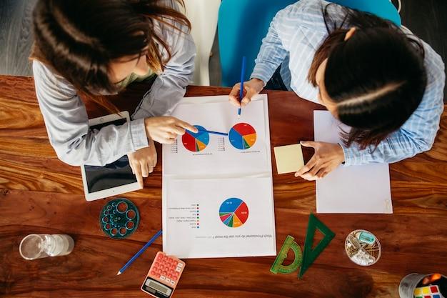 Vrouwen die werken met gegevens en papier