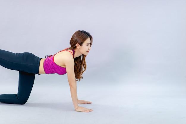 Vrouwen die yoga doen voor gezondheid oefening in de kamer concept van gezondheidszorg en goede vorm