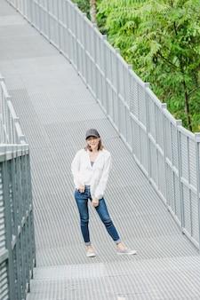 Vrouwen die zich het stellen op een ijzerbrug bevinden in het park