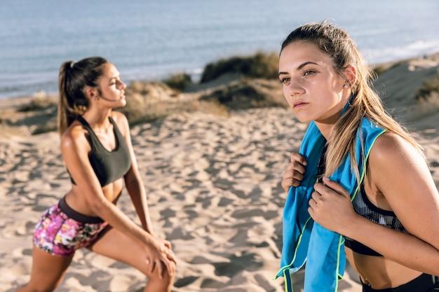 Vrouwen die zich uitstrekken na het joggen