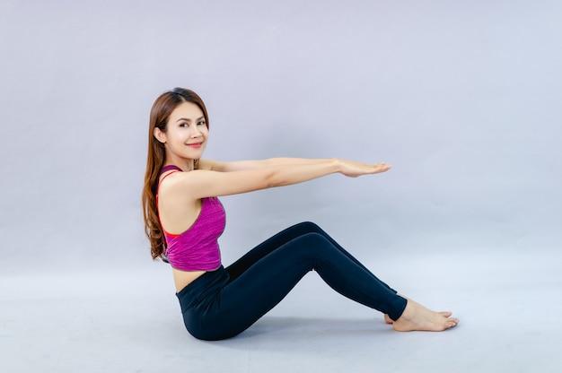 Vrouwen doen yoga voor gezondheid oefening in de kamer concept van gezondheidszorg en goede vorm