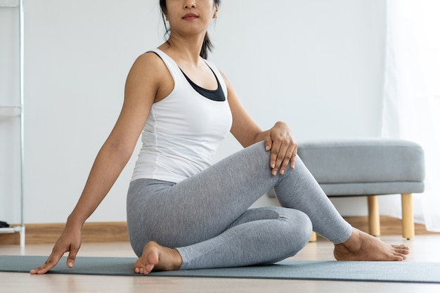 Vrouwen doen zittende draai-oefeningen voor de gezondheid en een steviger lichaam. yoga concept