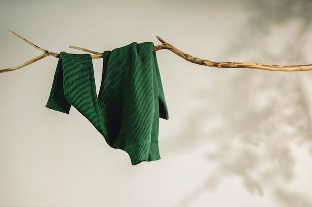Vrouwen dragen hangend aan gedroogde boomtak