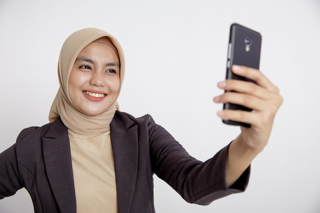 Vrouwen dragen kostuums hijab selfie met de telefoon, formeel werk concept geïsoleerd witte achtergrond