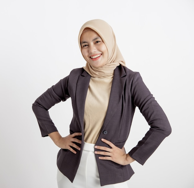 Vrouwen dragen kostuums hijab vrolijk klaar om te werken, met de hand op de taille, formeel geïsoleerd werkconcept