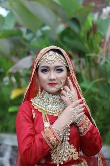 Vrouwen dragen moderne moslim indiase trouwjurken premium foto