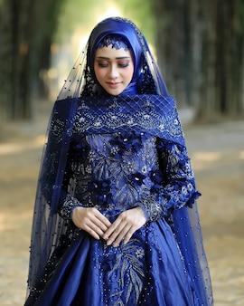 Vrouwen dragen moderne moslim trouwjurken