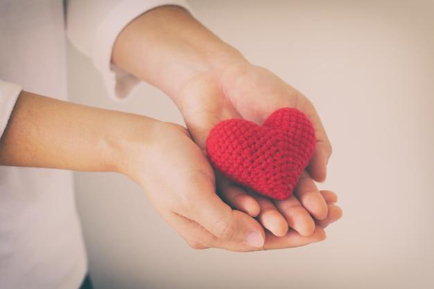 Vrouwen dragen overhemdshand met rood hart