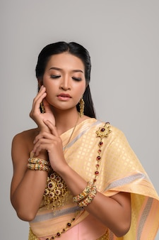 Vrouwen dragen thaise kleding en handen raken hun gezicht aan