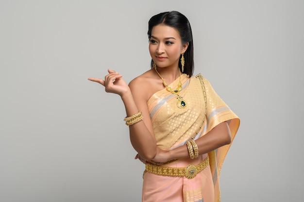 Vrouwen dragen thaise kostuums die symbolisch zijn, wijzende vingers