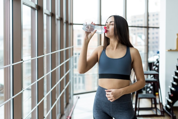 Vrouwen drinkwater in gymnastiek