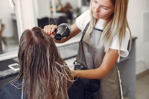 Vrouwen drogend haar in een hairsalon