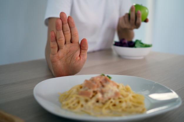 Vrouwen duwen gerechten waarvan wordt gedacht dat het een mengsel is van vet transvet.