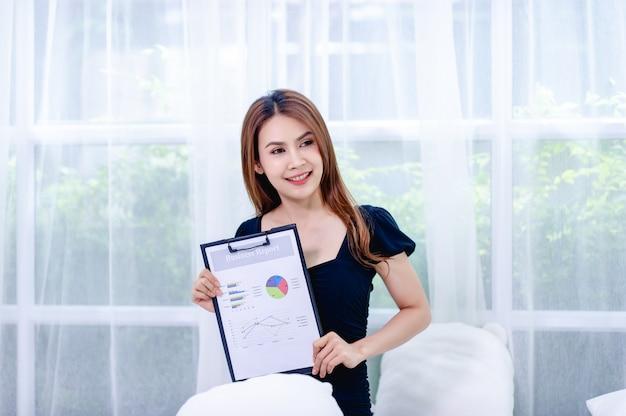 Vrouwen en grafiek jonge zakenvrouwen presenteren bedrijfsplannen