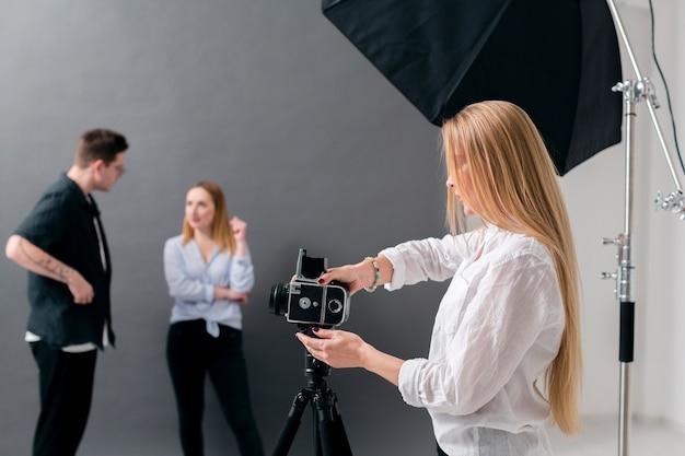 Vrouwen en man die in een fotografiestudio werken