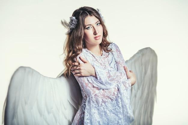 Vrouwen engel met witte vleugels kostuum in religieuze zin
