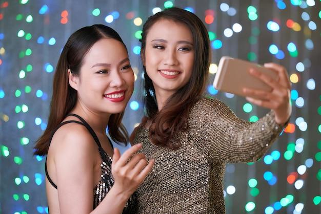 Vrouwen fotograferen op feestje