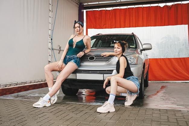 Vrouwen gaan de auto wassen