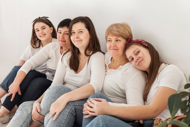 Vrouwen gemeenschap levensstijl leunend op de muur