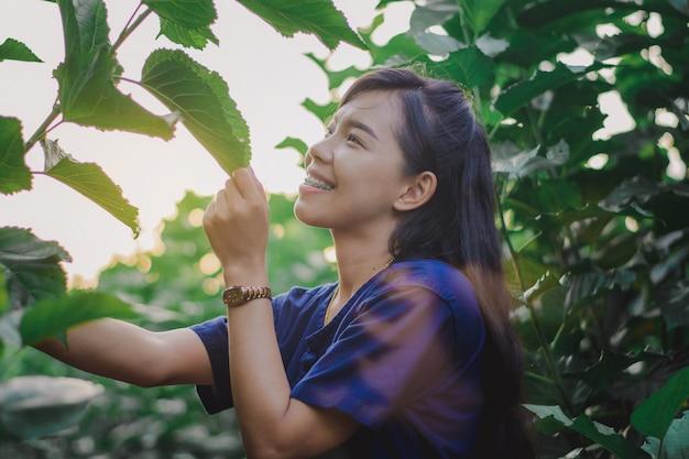 Vrouwen genieten van de schoonheid van de natuur.