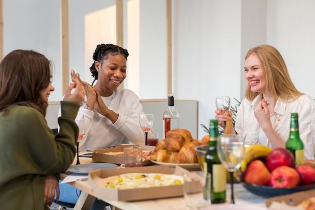 Vrouwen genieten van lunch samen