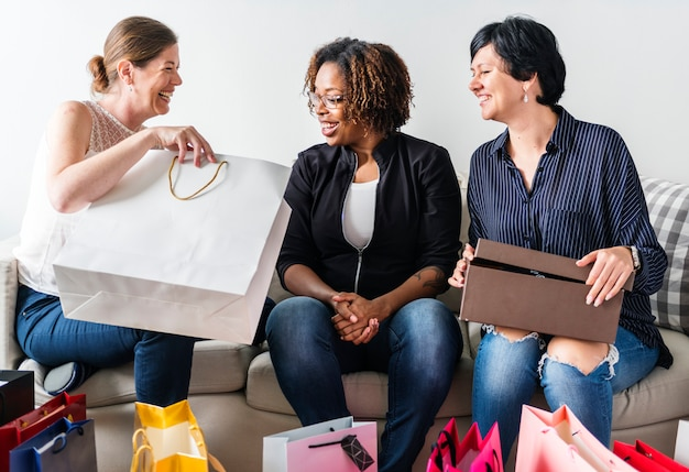 Vrouwen genieten van winkelen