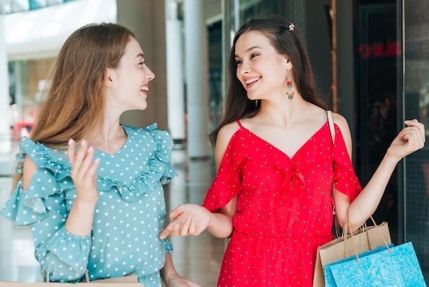Vrouwen glimlachen naar elkaar