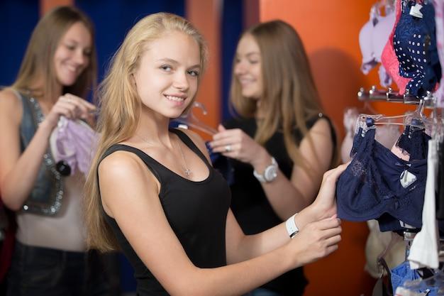 Vrouwen glimlachend in het ondergoed gebied