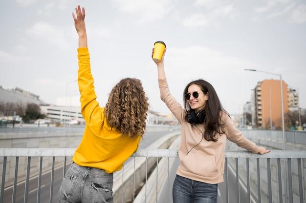 Vrouwen hand in hand in de lucht