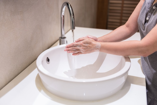 Vrouwen handen wassen met handen zeep