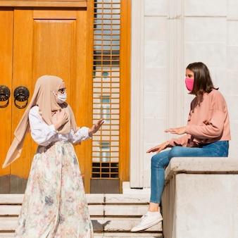 Vrouwen hebben een gesprek op afstand