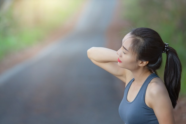 Vrouwen hebben nekpijn, schouderpijn