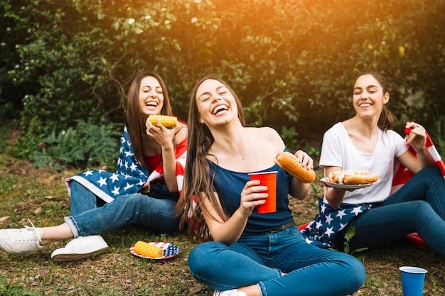 Vrouwen het lachen zitting in park