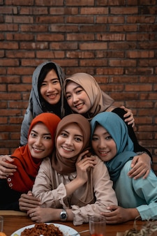 Vrouwen hijab poseren samen kijken de camera