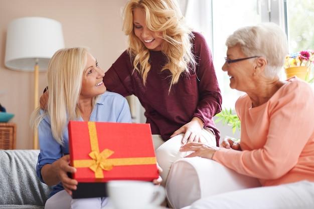Vrouwen houden altijd van verrassingen, ongeacht hun leeftijd